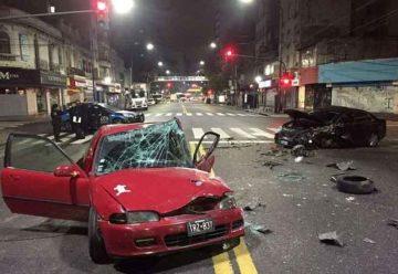 Violento choque entre dos autos y un colectivo en Flores