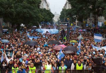 Miles de personas oraron por Argentina en el Obelisco