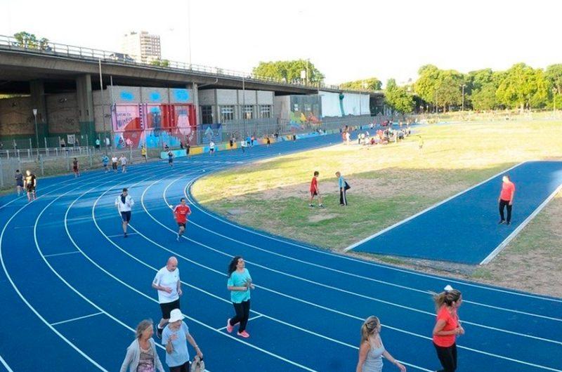 Reabrió la pista de atletismo de Parque Chacabuco