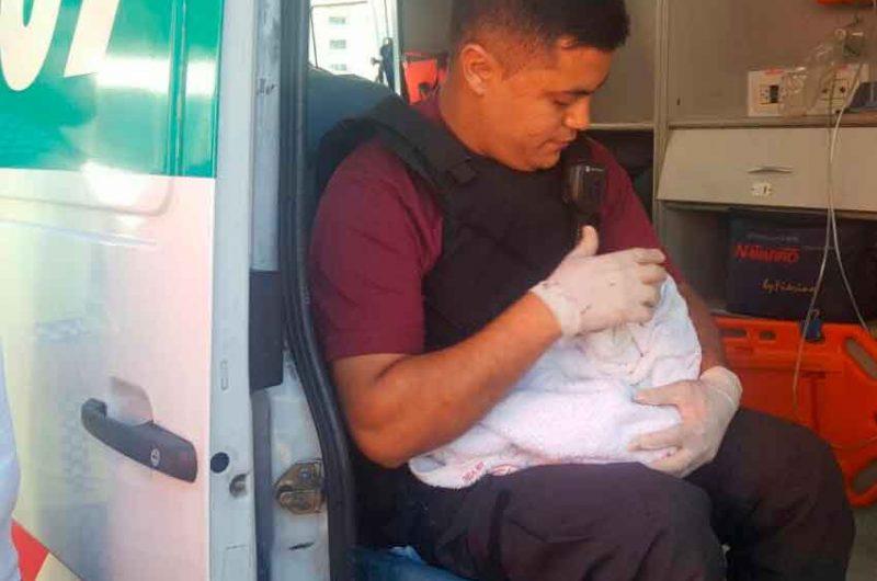 Efectivos de la policía de la ciudad ayudaron a dar a luz a una mujer