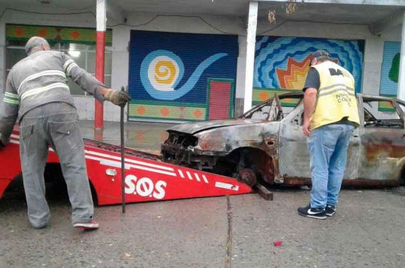 Retiran autos abandonados en el Bajo Flores