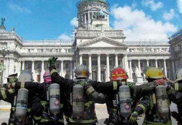 Bomberos realizan abrazo al Congreso Nacional