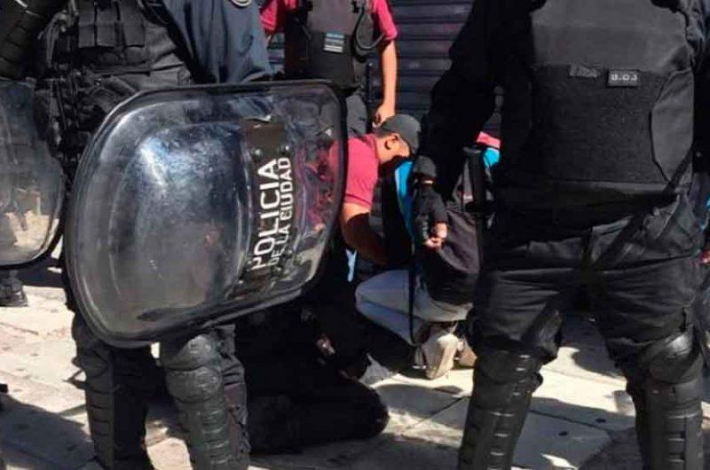 Detienen a vendedores ambulantes en Flores