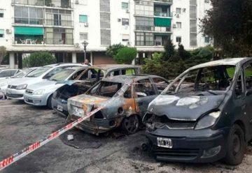 Incendiaron Ocho vehículos en un estacionamiento