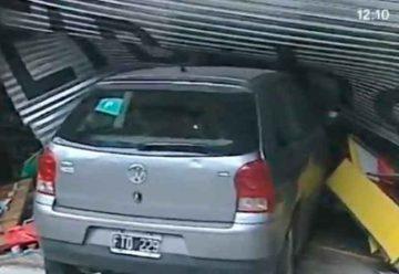 Un automóvil terminó incrustado en una librería