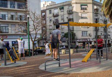 Gimnasios en las plazas para hacer actividades físicas