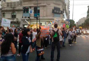 Cortan Rivadavia y Carabobo por el cierre de comerciales nocturnos