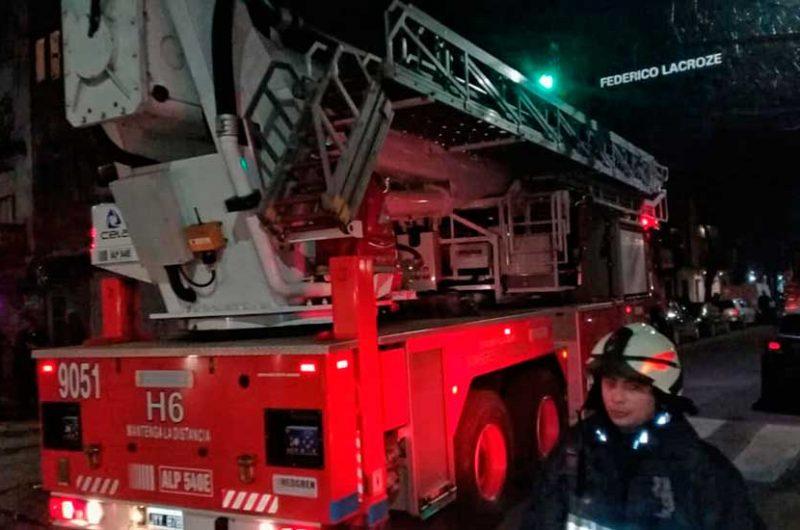 Bomberos rescataron a 9 personas en un incendio
