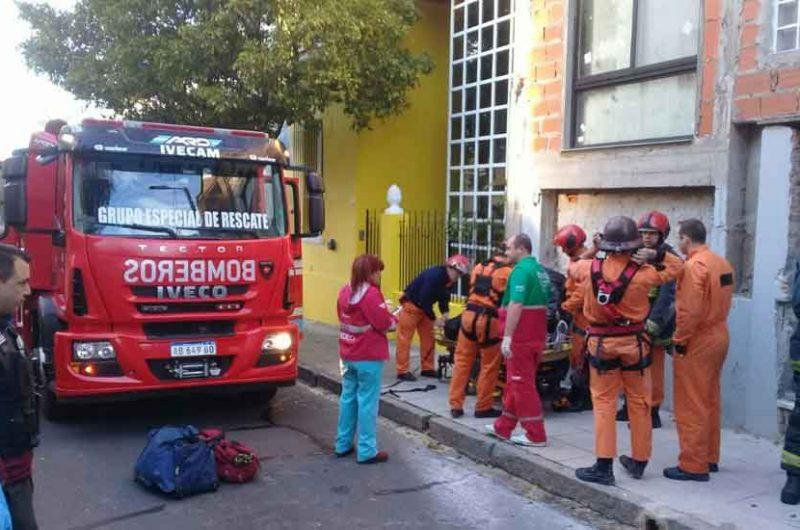 Bomberos rescato a un hombre que cayó desde un tercer piso
