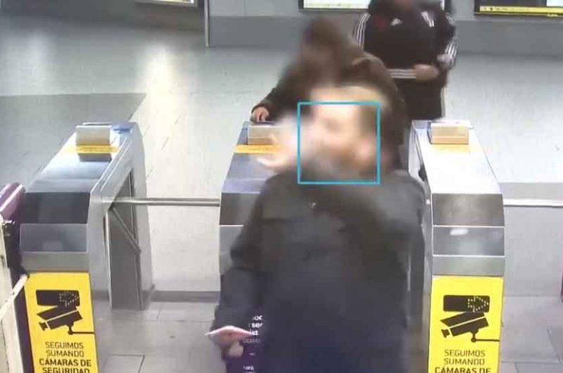Saludó a una cámara y quedó detenido por el reconocimiento facial