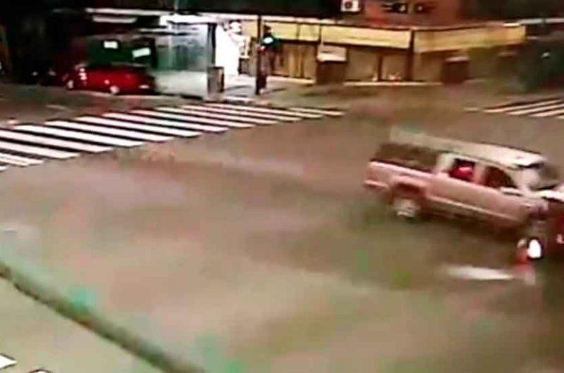 Una camioneta mató a un delivery en moto