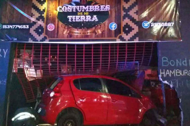 Un auto perdió el control y se incrustó en un restaurante