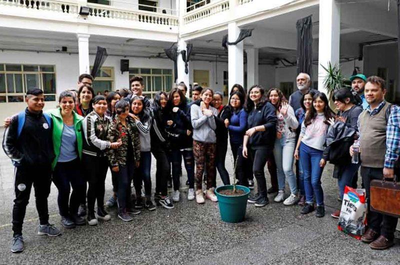Estudiantes de la Ciudad plantaron un ceibo en su escuela