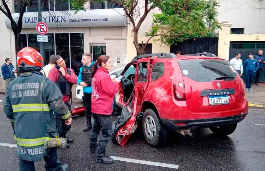 Un colectivo colisionó contra un vehículo particular