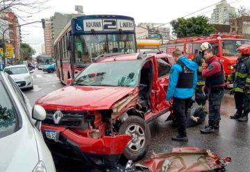 Un colectivo de la línea 2 colisionó contra un vehículo particular