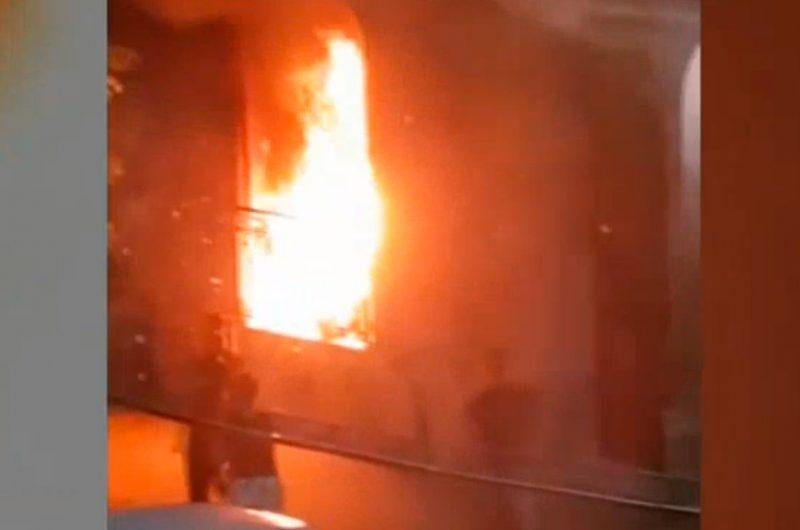Incendian colchones y los tiran en las puertas de las casas