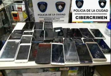 Allanan tres locales de compra y venta de celulares