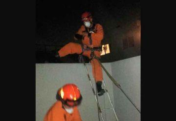 Bomberos rescatan a una mujer que quedó atrapada en su balcon