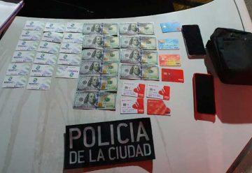 Dos venezolanos con gran cantidad de tarjetas de débito