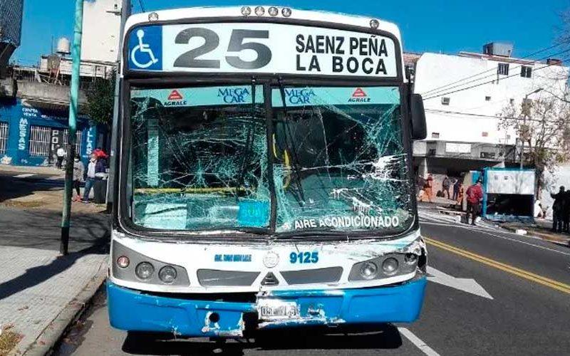 10 heridos en choque entre un colectivo y un camión