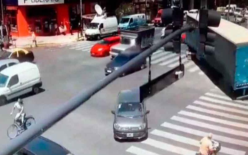Un camión dobló en contramano y chocó a dos camionetas