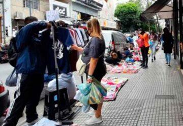 La ciudad desalojó manteros y puestos de comida en Flores