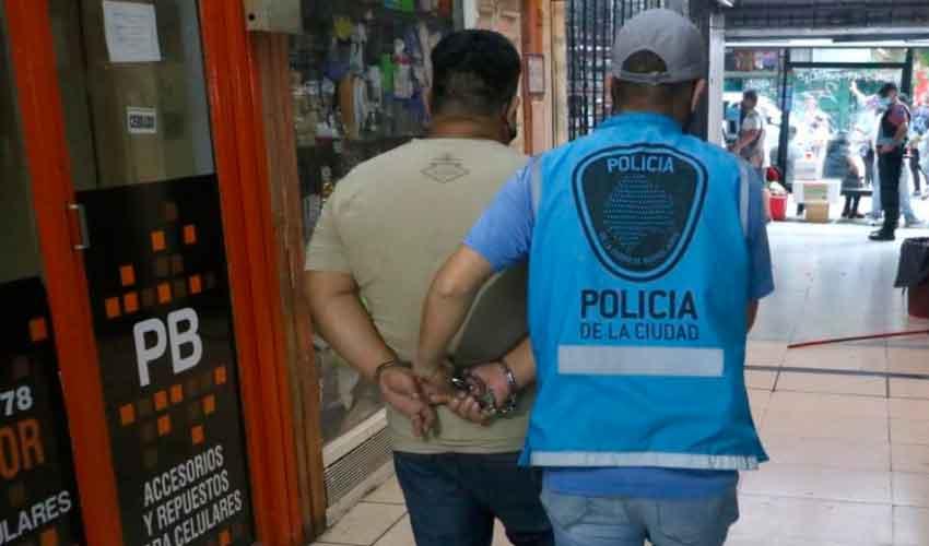 Dos detenidos y tres locales clausurados en Once
