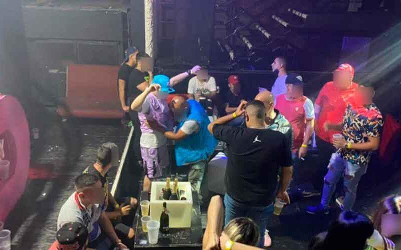 Desbaratan una fiesta clandestina con casi 300 personas y drogas