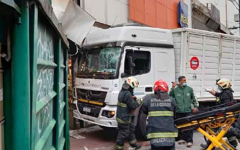 Un camión se incrustó en un comercio en Avenida Rivadavia